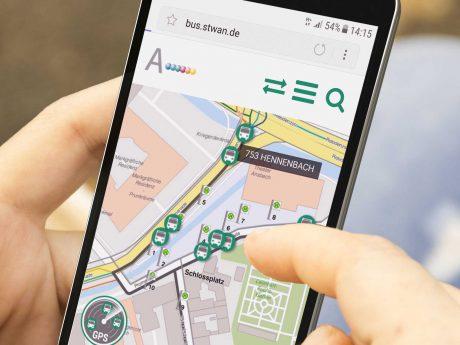 Mit der AN-App die Busroute in Echtzeit verfolgen und künftig auch die WLAN-Hotspots nutzen. Foto: Ansbacher Bäder und Verkehrs GmbH