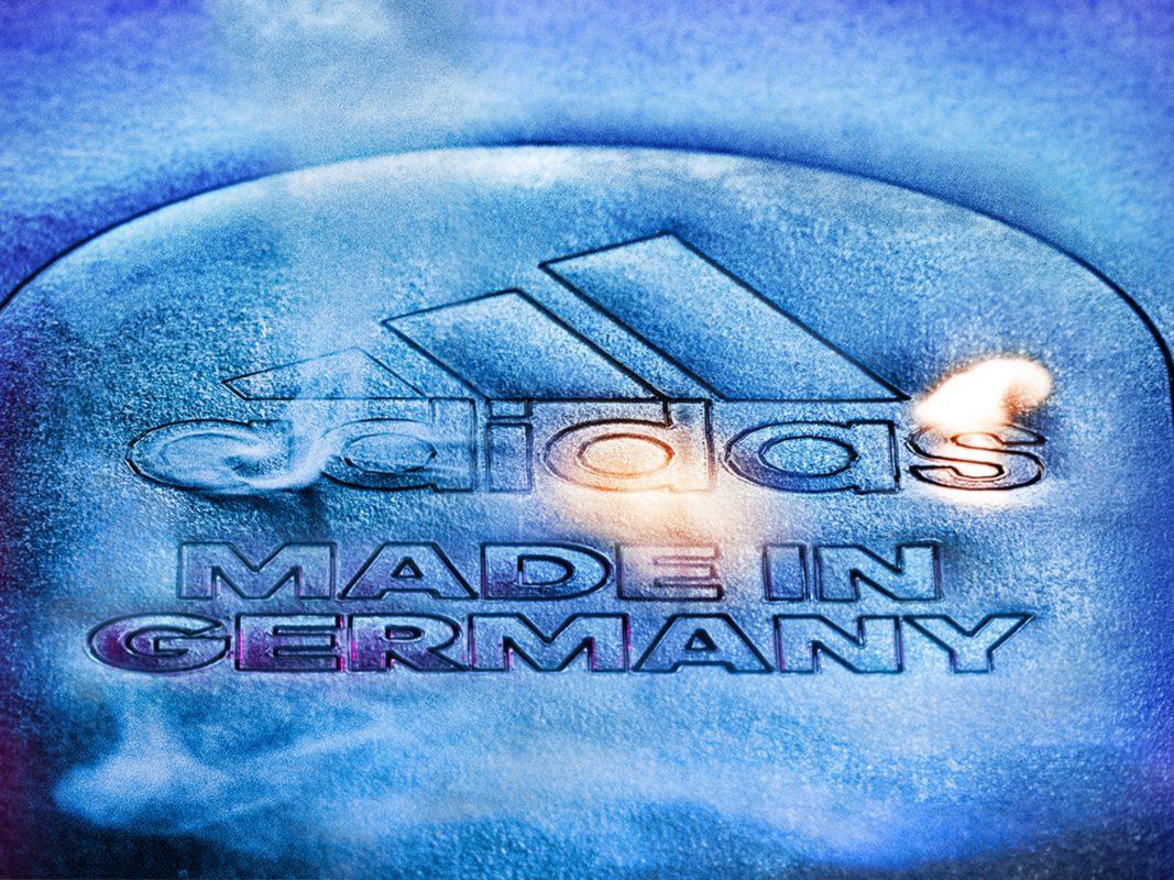 Dank der adidas SPEEDFACTORY in Ansbach möchte der Sportartikelhersteller neue Maßstäbe setzen. Foto: adidas AG|Bei der Boost-Technologie wird die Zwischensohle von 2500 dieser kleinen Energiekapseln verdichtet. Foto: adidas AG|Fertigungsanlage in der SPEEDFACTORY Ansbach. Foto: adidas AG|Der adidas Futurecraft M.F.G. (Made for Germany) wurde im September 2016 auf den Markt gebracht. Foto: adidas AG|Die erste SPEEDFACTORY eröffnete im Dezember 2015 in Ansbach. Foto: adidas AG