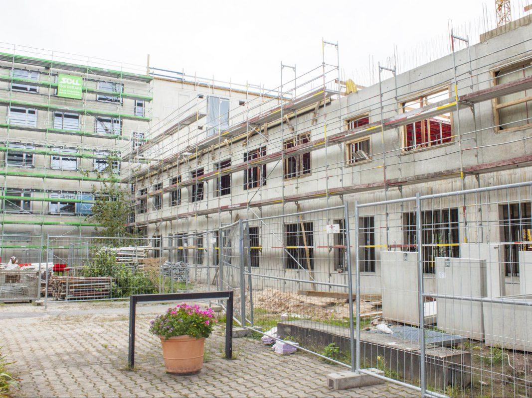 Bei der Baustellenführung können die Besucher bereits einen Blick auf den Baufortschritt beim kürzlich begonnenen zweiten Teil des neuen Bettenhauses werfen. Foto: ANregiomed