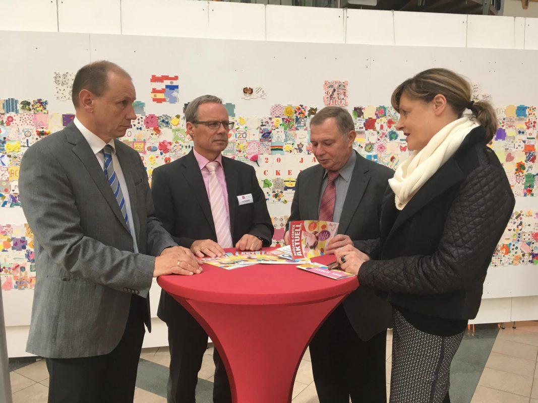 Das Brücken-Center Ansbach überreicht die Spende an das Frauenhaus. Foto: Brücken-Center Ansbach