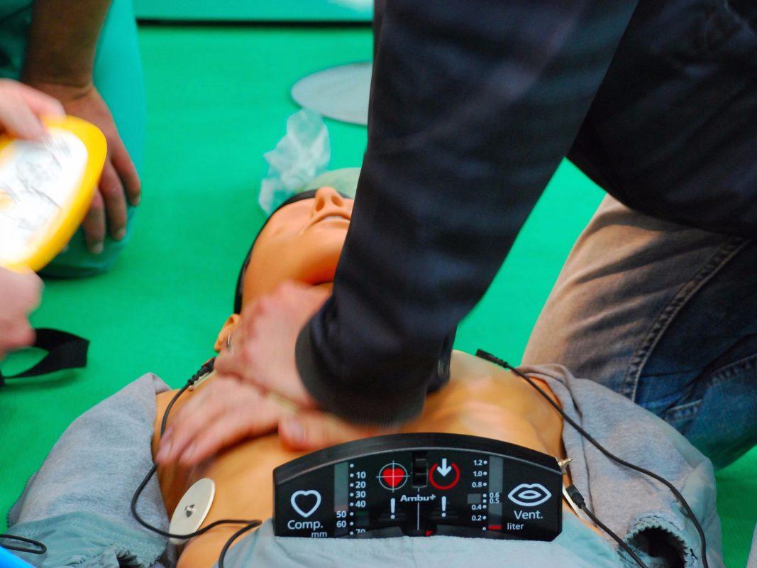 Leben retten – gewusst wie! Wie man im Notfall richtig reagiert wird bei einem Aktionsabend im Klinikum Ansbach vermittelt. Foto: ANregiomed