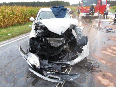 Das Bild zeigt den Pkw der 41-jährigen Unfallverursacherin nach der Bergung durch die Feuerwehr - Foto: Polizeiinspektion Heilsbronn.