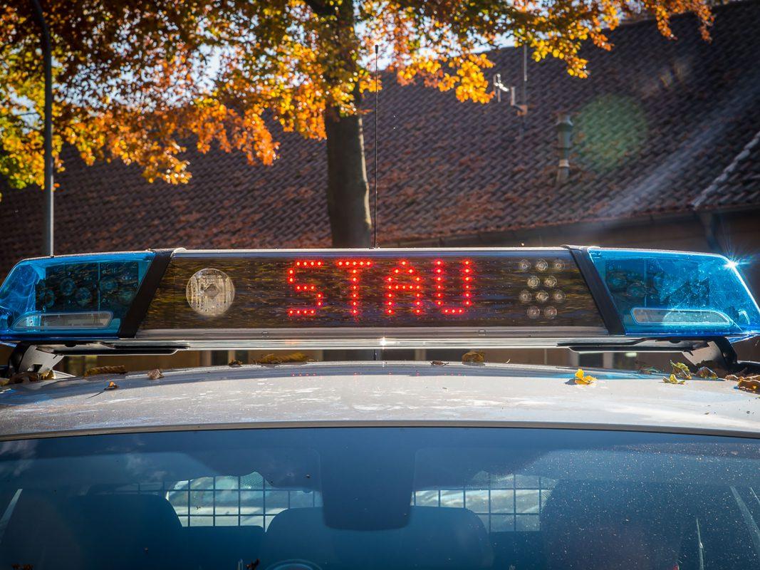 "LED-Warnung ""Stau"" der Polizei. Foto: Pascal Höfig"