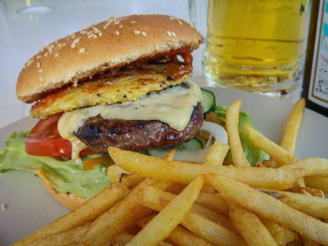 Burger mit Pommes. Foto: Dominik Ziegler