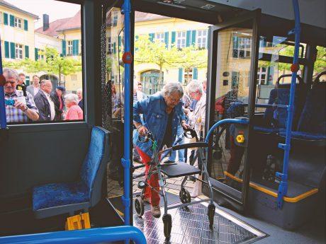 Senioren lernen das richtige Mitfahren mit dem Bus. Foto stwan