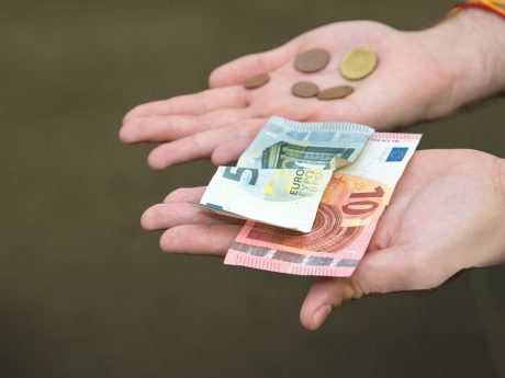 Geld in Hand. Symbolfoto: Pascal Höfig