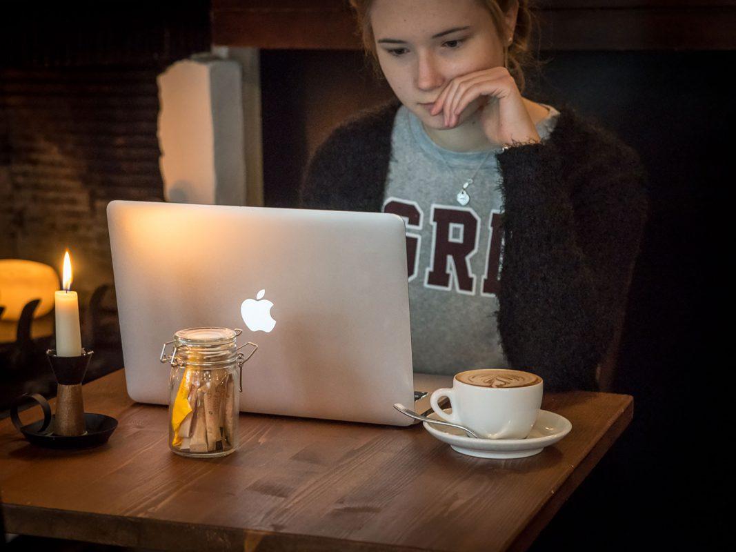 Lernen im Café. Symbolfoto: Pascal Höfig