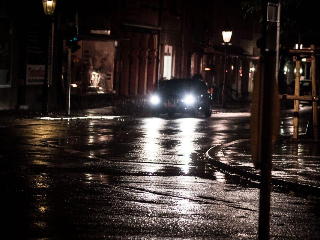 Auto im Regen und Dunkelheit. Symbolfoto: Pascal Höfig