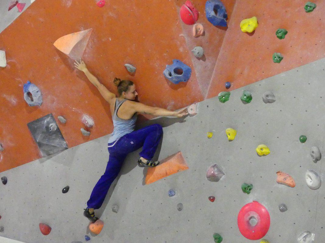 Bouldern in der Boulder Hall Burgoberbach. Foto: Gebhardt Sport GmbH