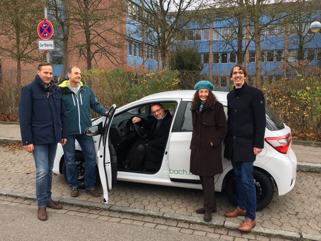 Von links: Herr Muhr (Autoverleih Muhr), Herr Graf (bfz Mitarbeiter), Herr Schmidt (bfz Leiter), Frau Seidel (Oberbürgermeisterin), Herr Schellenberger (Carina e.V.) - Foto: Carina e.V.