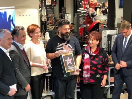 """Eine Jury vergab unter 60 nominierten Fachhändlern an vier Einzelhändler den """"EK Passion Star Award 2017"""" – die S-Kultur in Ansbach und Gunzenhausen ist einer dieser """"Stars"""". Foto: S-Kultur"""