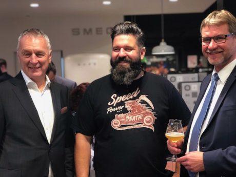 Stefan Denzlinger (Mitte) mit dem Inhaber der Firma Ballarini, ein familiengeführter Pfannen-Hersteller, und dem Bürgermeister von Gunzenhausen Karl-Heinz Fitz bei der Preisverleihung. Foto: S-Kultur