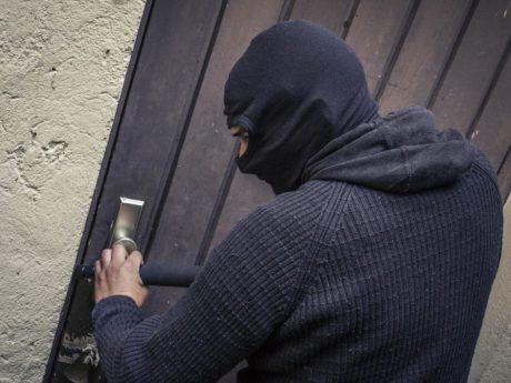 Einbrecher am Werk. Symbolfoto: Dominik Ziegler