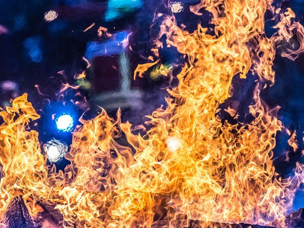 Feuerwehr bei einem Brand im Einsatz. Foto: Pascal Höfig