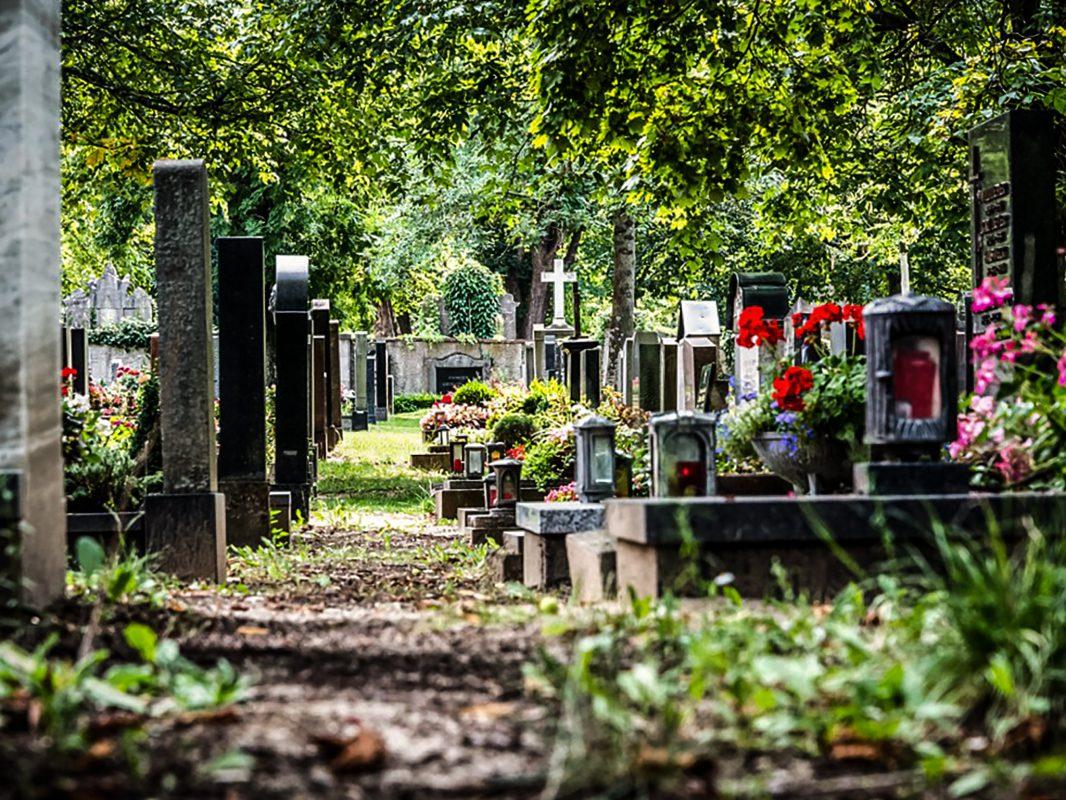 Grabsteine auf einem Friedhof. Symbolfoto: Pascal Höfig