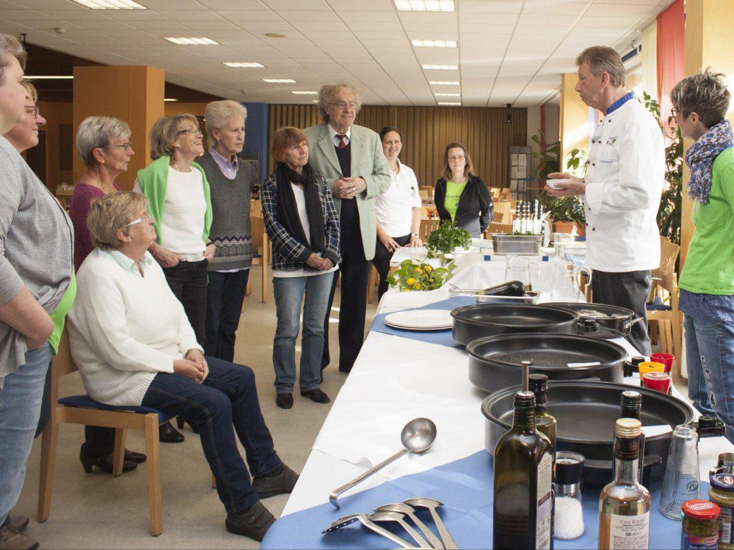 """Die Selbsthilfegruppe """"Offene Begegnung"""" zaubert mediterrane Gerichte im Kochkurs. Foto: ANregiomed"""