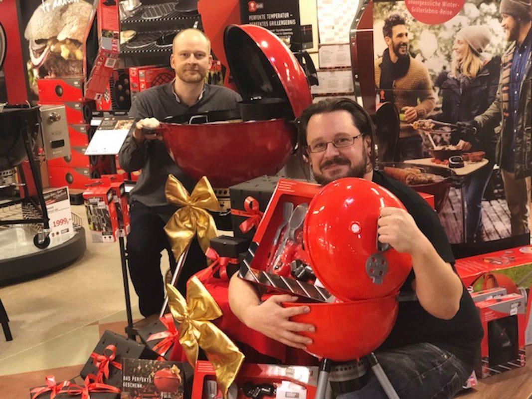 """Am """"Red Saturday"""" könnt Ihr Euch den schicken Weber-Grill in Rot zum Aktionspreis sichern – und noch gleich ein Geschenk für die Kiddies mit abstauben! Foto: S-Kultur"""