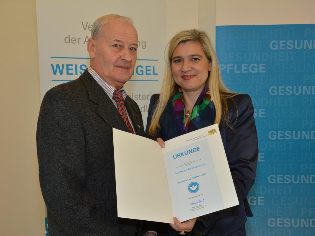 """Der """"Weiße Engel"""" wurde an die """"Engel in Blau"""" vom Klinikum Ansbach vergeben. Foto: ANregiomed"""