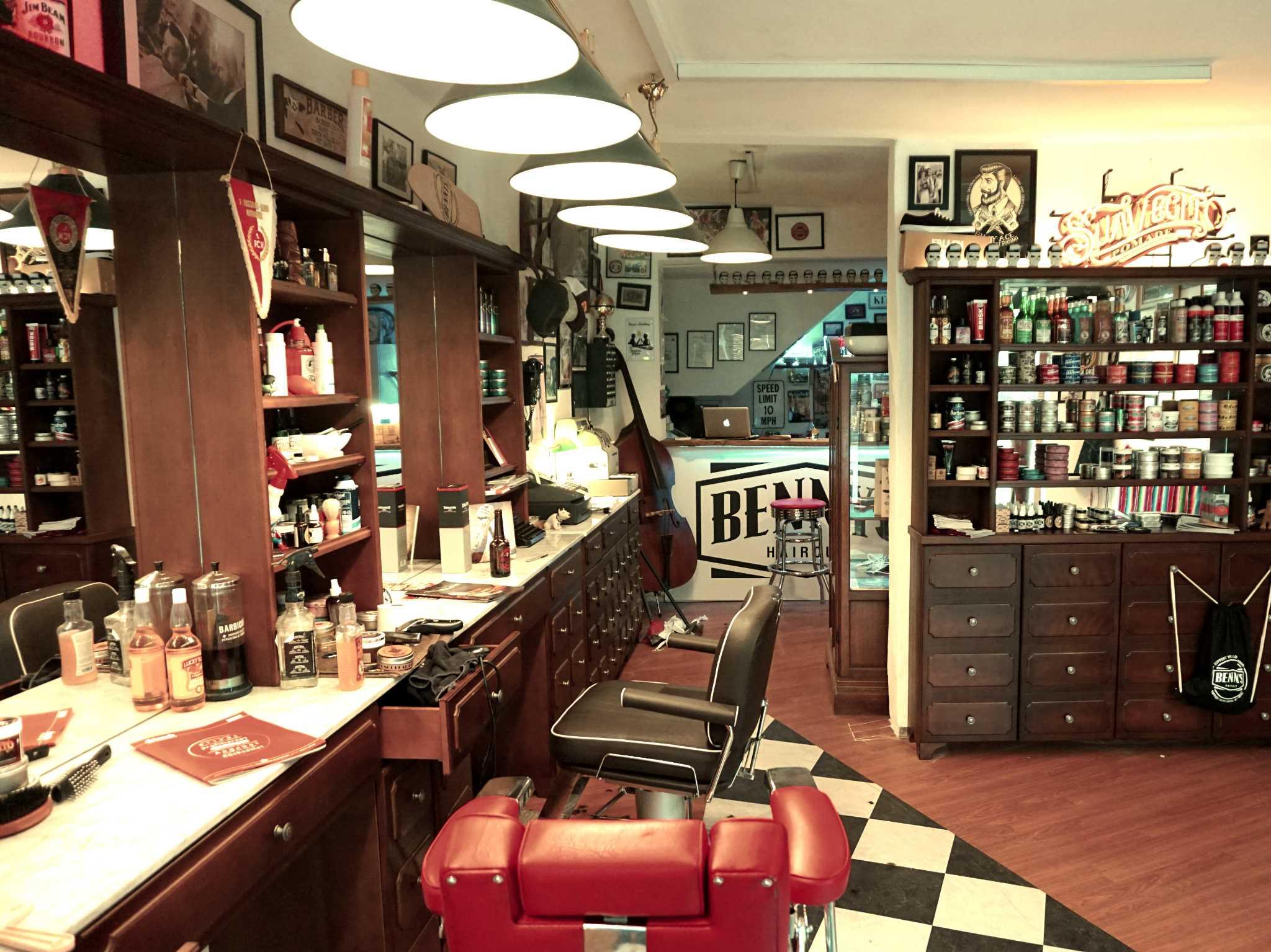 Bei Bennys Haircut leben die 50er Jahre, Pin-Up Frisuren und Rockabiliys wieder voll und ganz auf: Foto: Benjamin Jahns