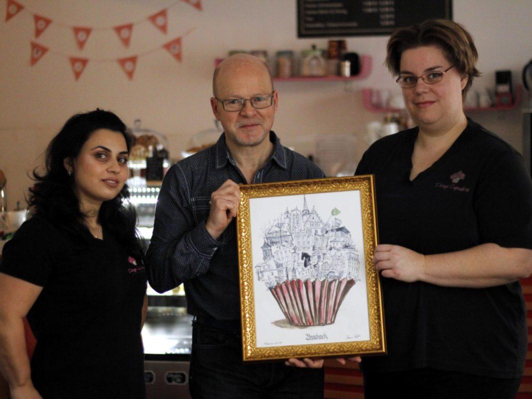 Auktion für den guten Zweck. (v.ln.r.) Meri Karapetjan, Thomas Jungkunz, Daniela Schnabel - Foto: Danys Cupcakery.