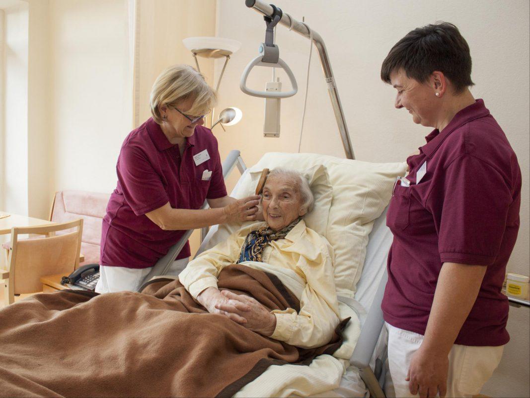 """""""Palliativstation"""": Stationsleitung Kerstin Auer (r.) und Krankenschwester Ingrid Freund (l.) kümmern sich um die Patientin Anneliese Backer aus Rothenburg. Foto: ANregiomed"""