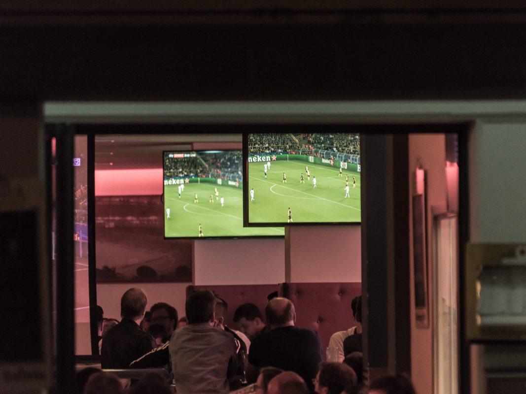 Sport kann man in Ansbach vielerorts auch in Bars ansehen. Foto: Pascal Höfig.