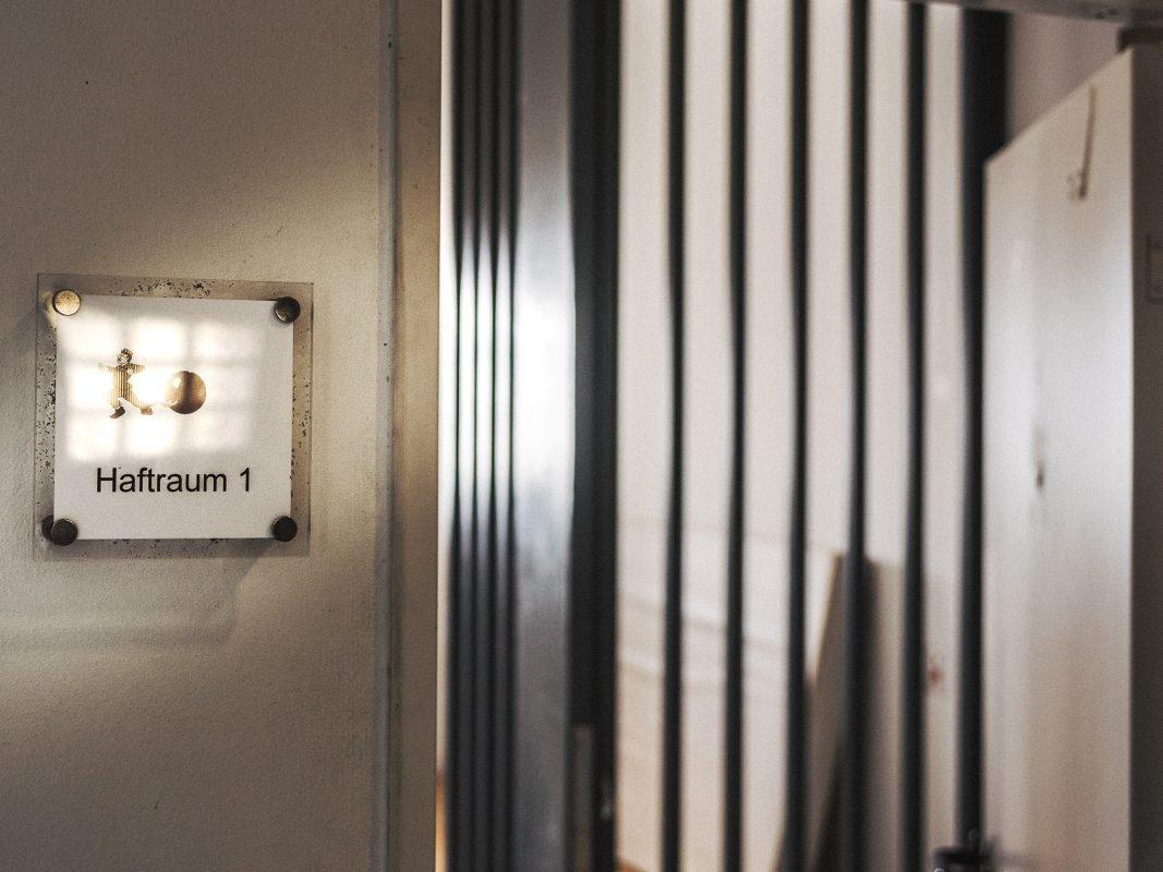 Eine Haftzelle in einer Polizeidienststelle. Foto: Pascal Höfig