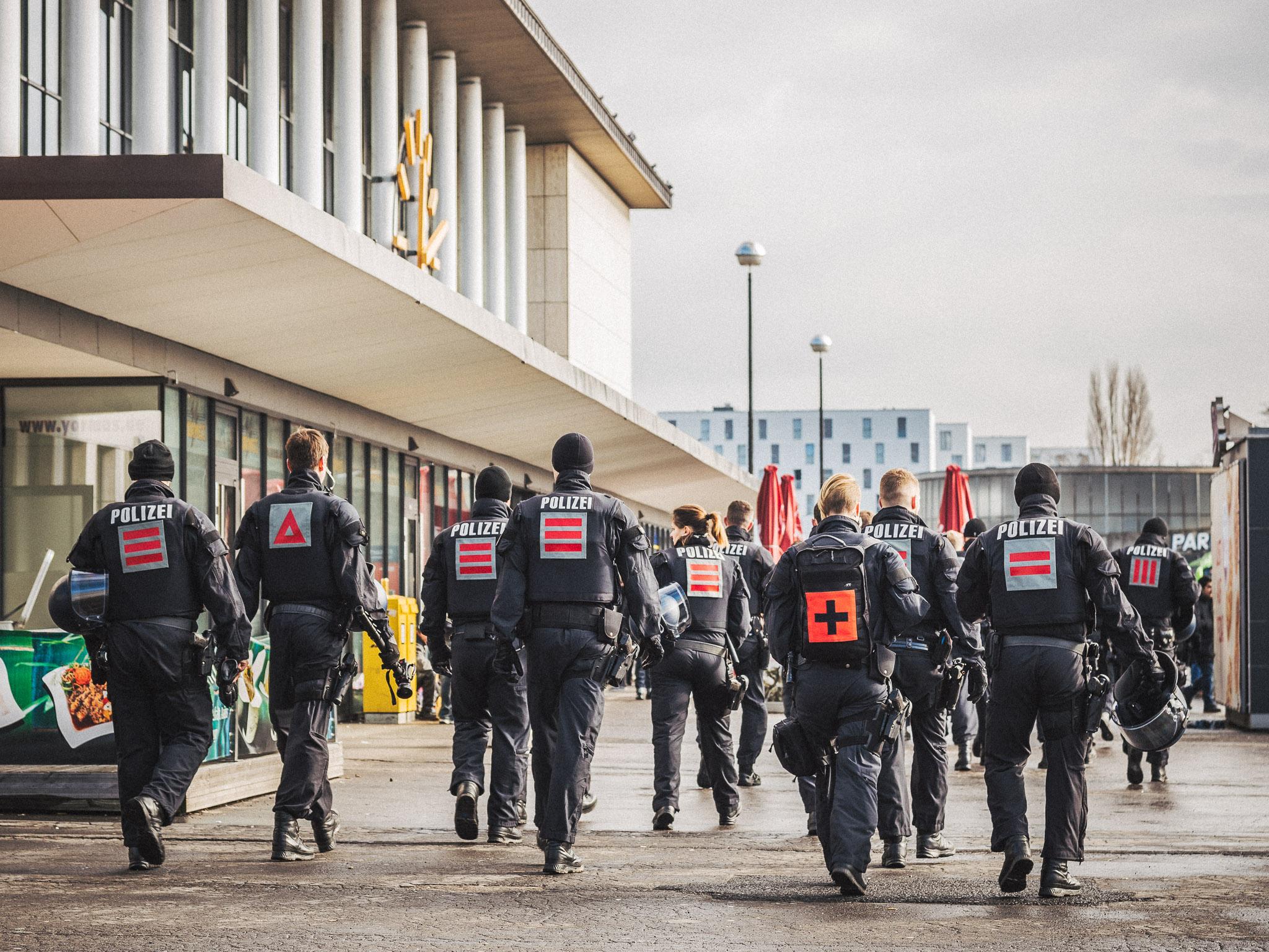 Kräfte der Beweissicherungs- und Festnahmeeinheit (BFE) am Würzburger Bahnhof. Foto: Pascal Höfig