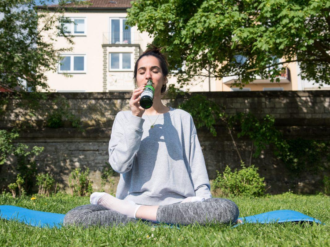 Neuer Trend: Bier Yoga. Foto: Pascal Höfig