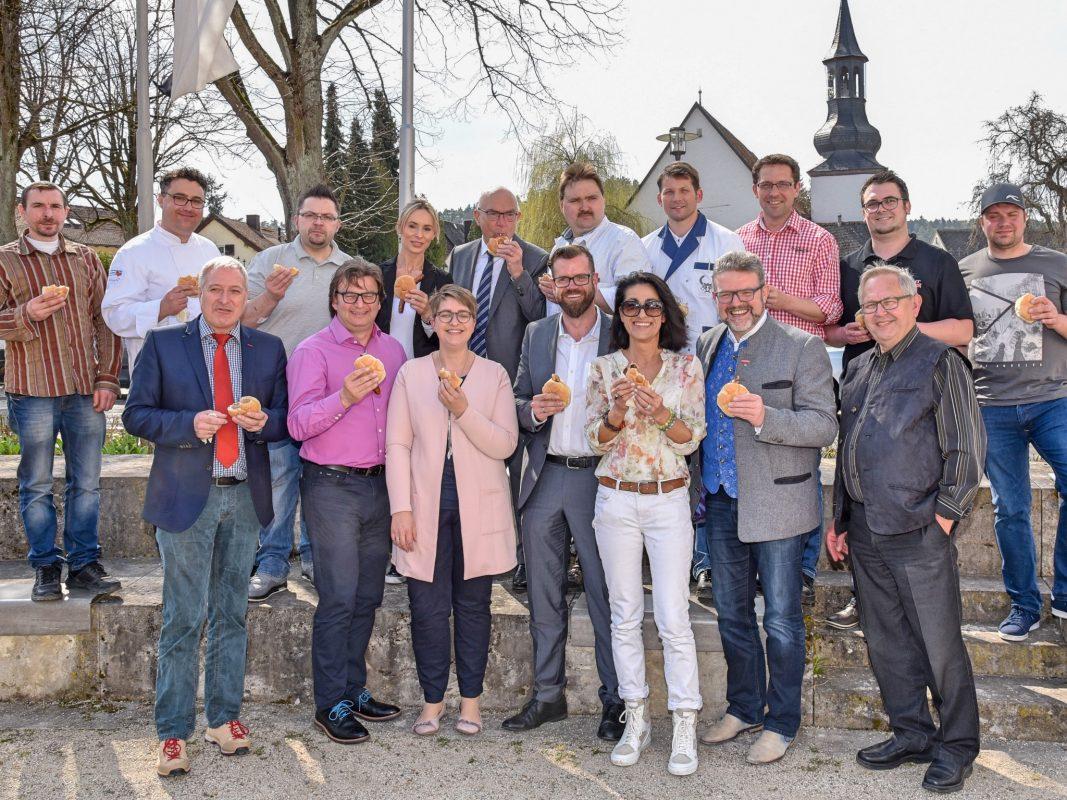 Die Gipfelstürmer zusammen mit den Organisatoren des 8. Fränkischen Bratwurstgipfels bei der Pressekonferenz vor dem Altenstädter Schloß in Pegnitz. Foto: Stefan Dörfler