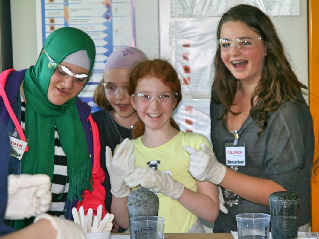 Fröhliche Mädchenrunde im Labor. Foto: Kompetenzzentrum Technik-Diversity-Chancengleichheit e.V.