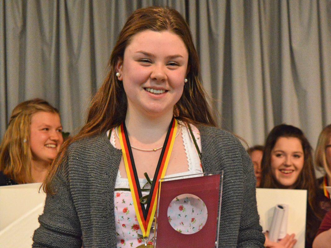 Eva-Maria Hausmann freut sich über ihren 1.Platz. Foto: Diakonie Neuendettelsau.