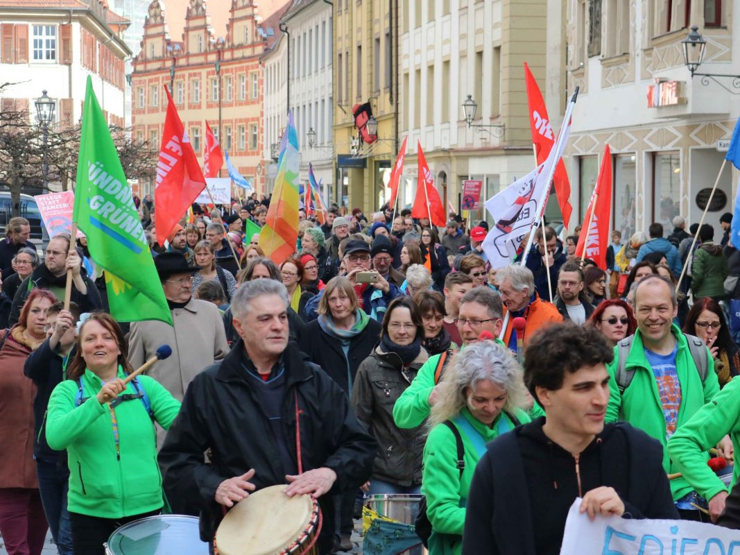 """Rund 500 Beteiligte gab es beim 12. Ostermarsch. Foto: BI """"Etz langt´s!""""."""