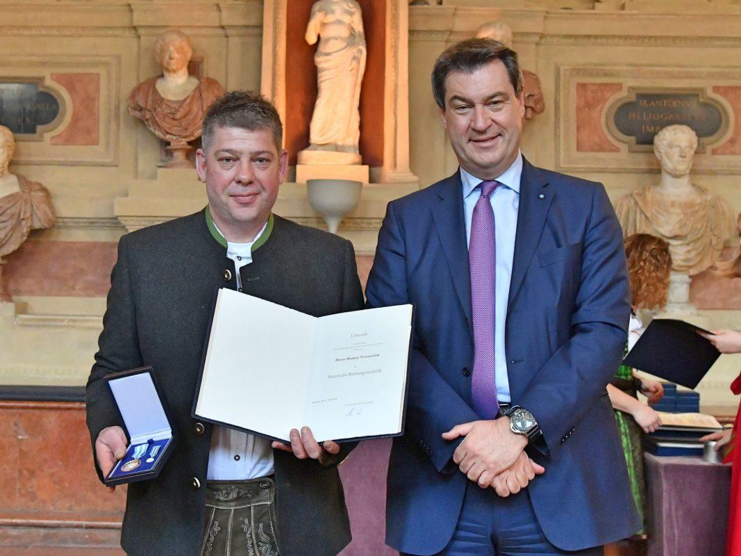 Markus Tomaschek aus Wassertrüdingen neben Minsterpräsident Söder. Foto: Bayerische Staatskanzlei/Rolf Poss.