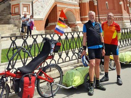 Robert Wiehn und Hans Metz vor der Basilius Kathedrale am roten Platz in Moskau. Foto: Robert Wiehn.