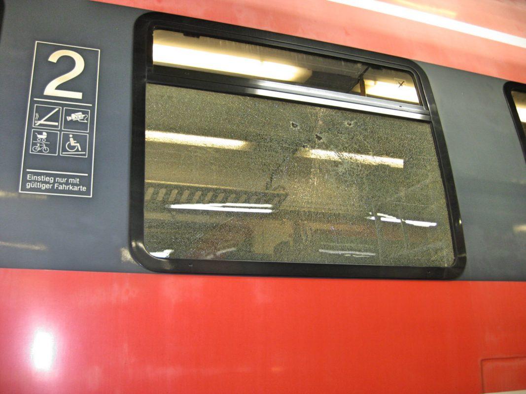 Mit einem Nothammer demolierte Fensterscheibe der S-Bahn. Foto: Bundespolizei.