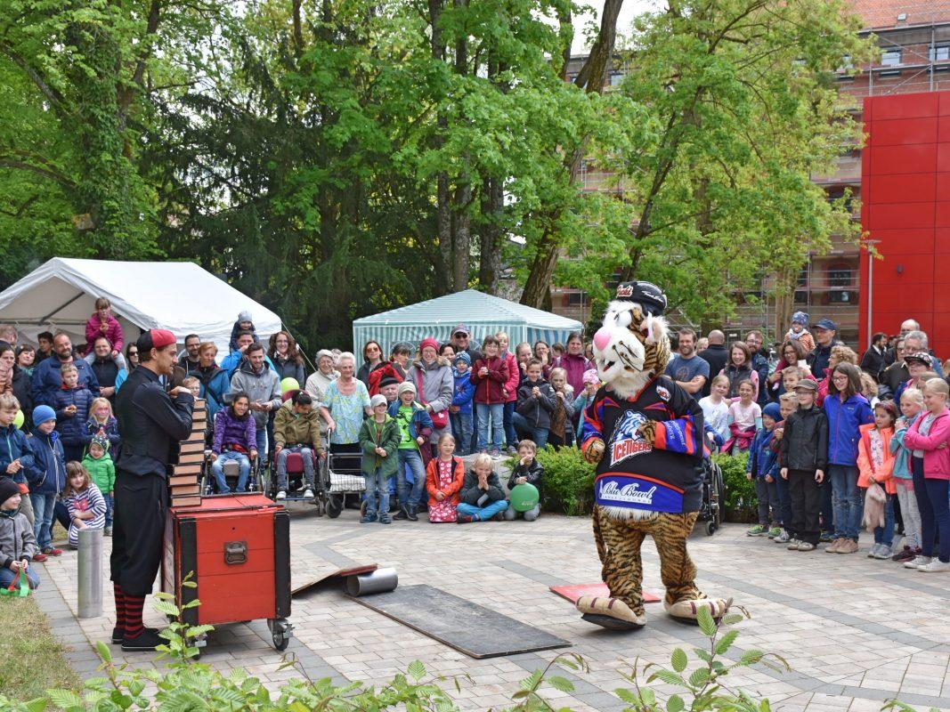 """""""Eichi im Spaßkoffer"""" begeisterte das Publikum beim Jahresfest gemeinsam mit Pucki, dem Maskottchen der Nürnberg Ice Tigers. Foto: Diakonie Neuendettelsau."""