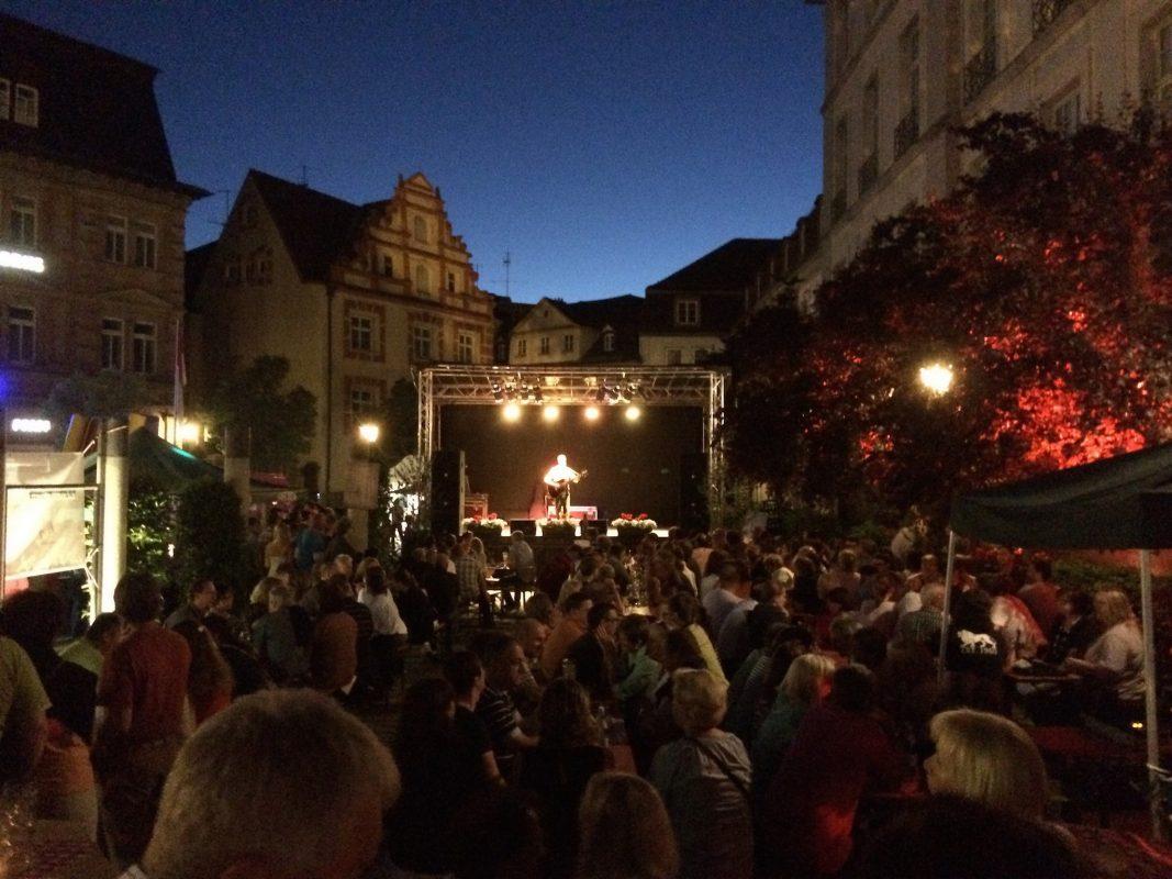 """Das """"Kulturgärtla"""" vor wunderbarer Kulisse am Abend. Foto: WeiWeiWei Gbr"""
