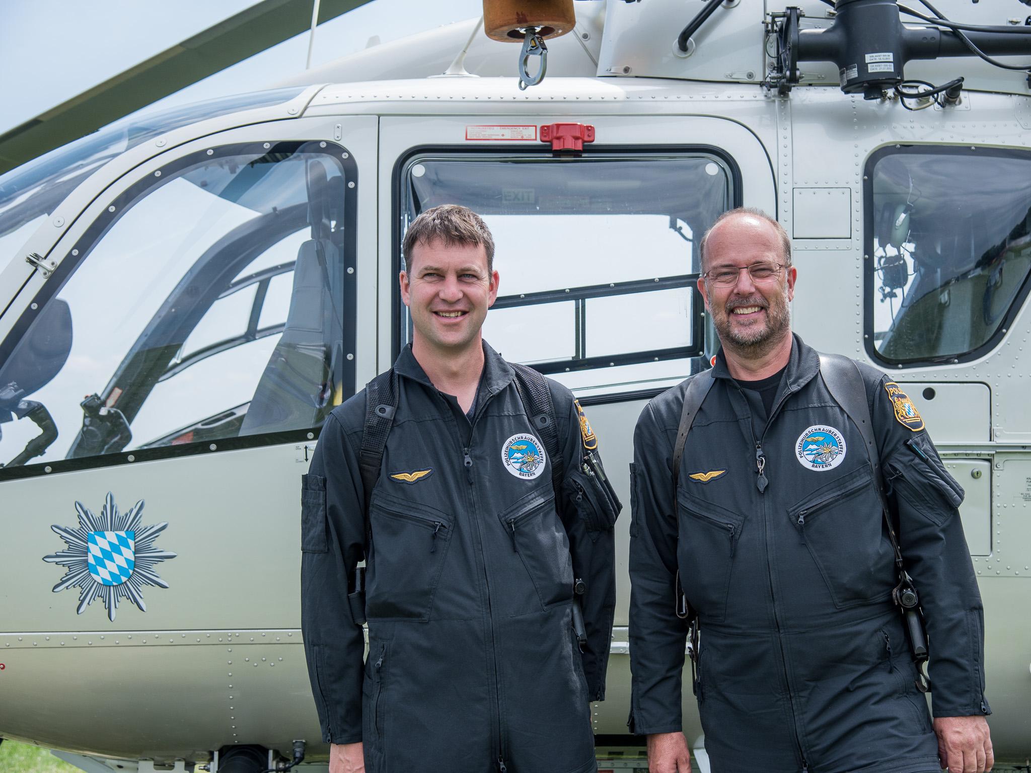 Pilot Thomas (rechts) und Flugtechniker Michael von der Polizeihubschrauberstaffel Bayern. Foto: Pascal Höfig