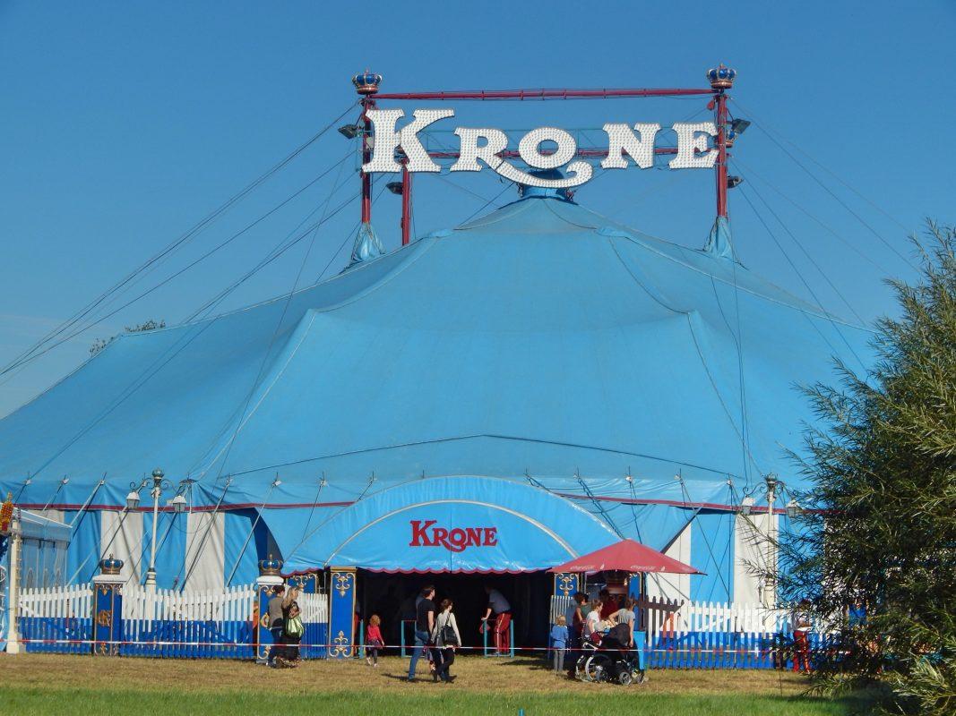 Zelt bei einem Gastspiel von Circus Krone. Foto: Aktionsgruppe Tierrechte Bayern.