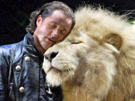 Löwenmann King Tonga und sein Freund Martin Lacey jr. im Circus Krone. Foto: Dirk Candidus