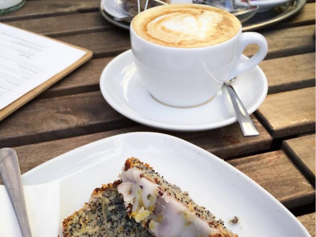 Kaffee und Kuchen genießen. Foto: Meliz Kaya