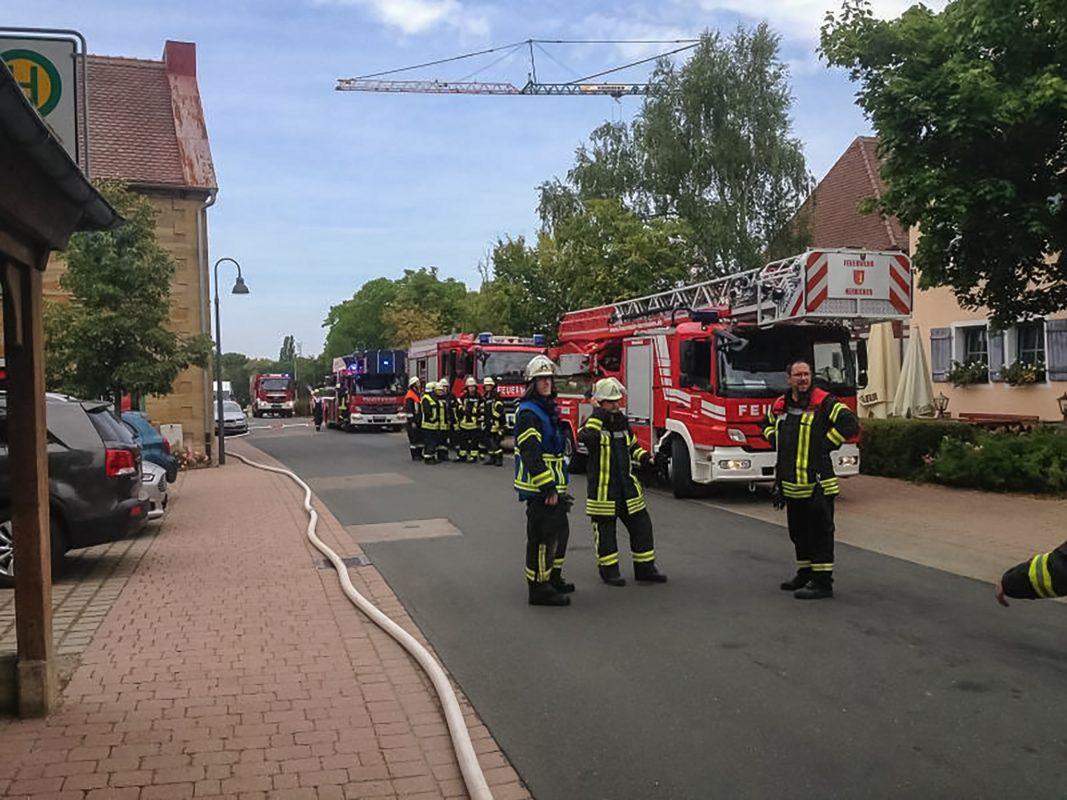Neben der Feuerwehr Ansbach wurden die Feuerwehren Elpersdorf, Schalkhausen und Herrieden zur Einsatzstelle alarmiert. Foto: Feuerwehr Ansbach