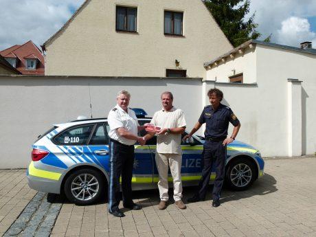 Ein Gutschein i.H.v. 800 Euro für ein Fahrradfachgeschäft wurde heute an Walter Lindner aus Ornbau bei der Polizeiinspektion Ansbach übergeben. Foto: Polizei Ansbach