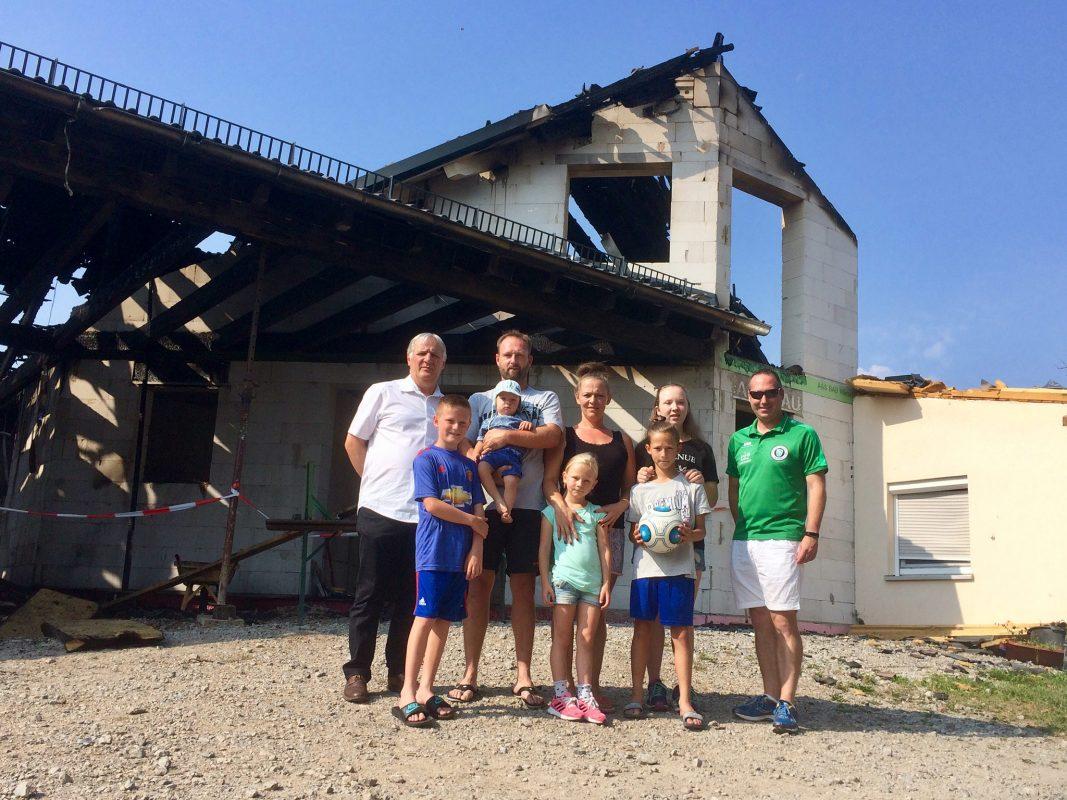 Familie Späth mit Theo Mutsios, 1. Vorstand der SpVgg Ansbach (links) und Andreas Kapp, 3. Vorstand der SpVgg Ansbach (rechts). Foto: SpVgg Ansbach