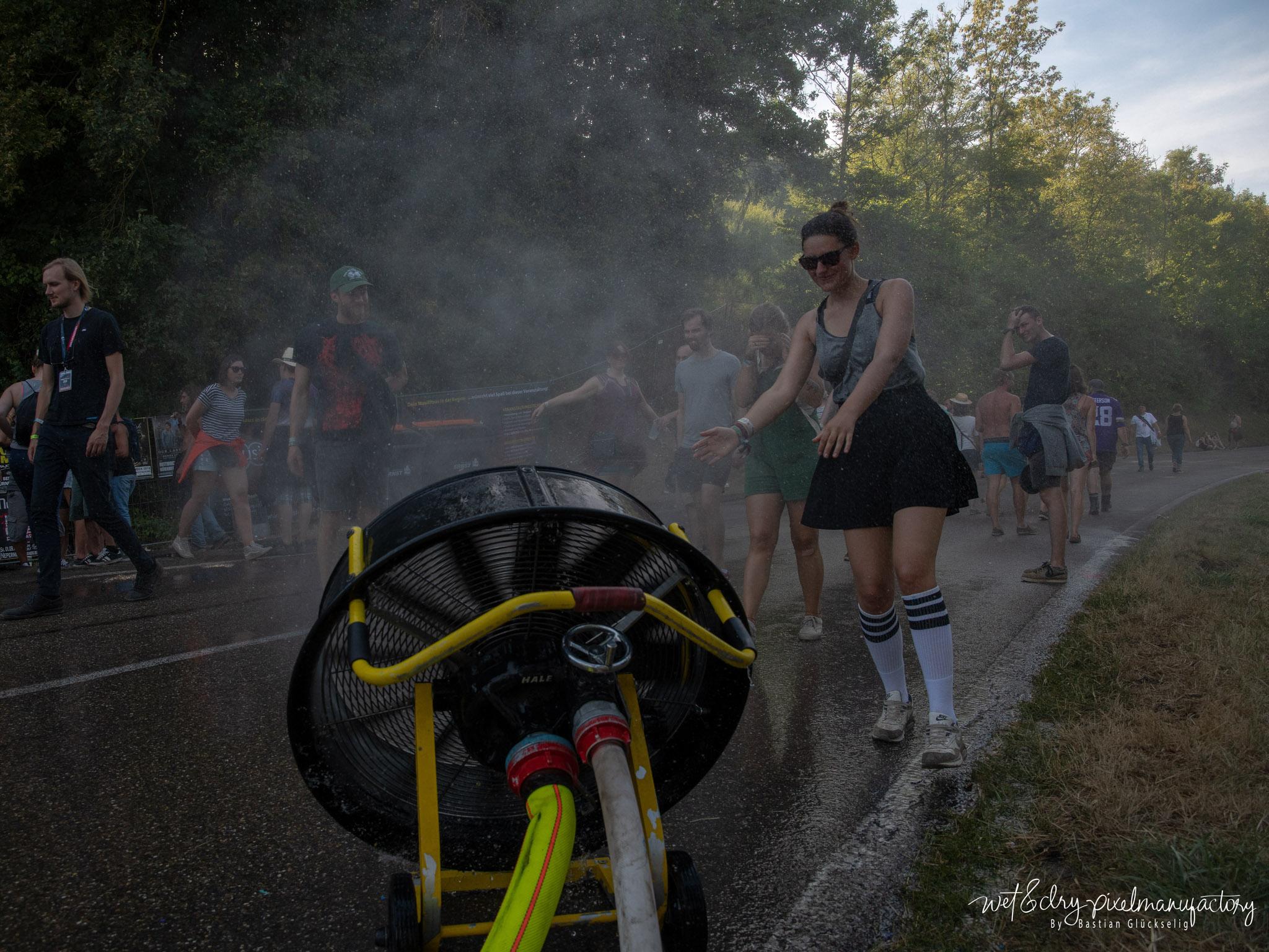 Die Feuerwehr Rothenburg hat die Besucher mit einem Wassernebel gekühlt. Foto: Bastian Glückselig