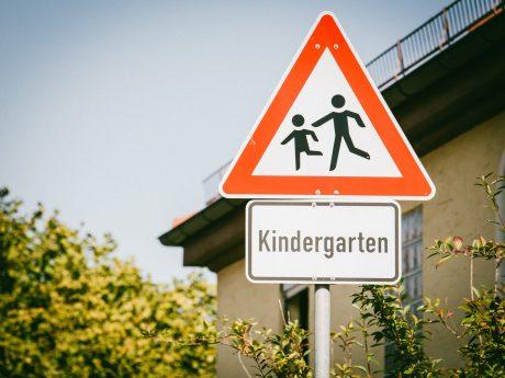 Kindergarten Verkehrsschild. Foto: Pascal Höfig
