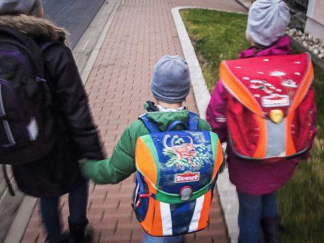 Kinder auf dem Schulweg. Symbolfoto: Dominik Ziegler