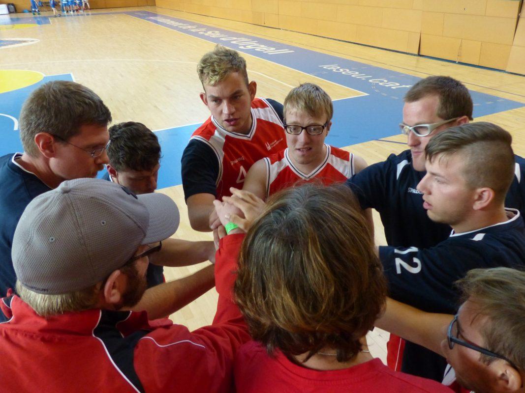 Die Mannschaft beim Motivationskreis in einer Spielzeitunterbrechung. Foto: Diakonie Neuendettelsau
