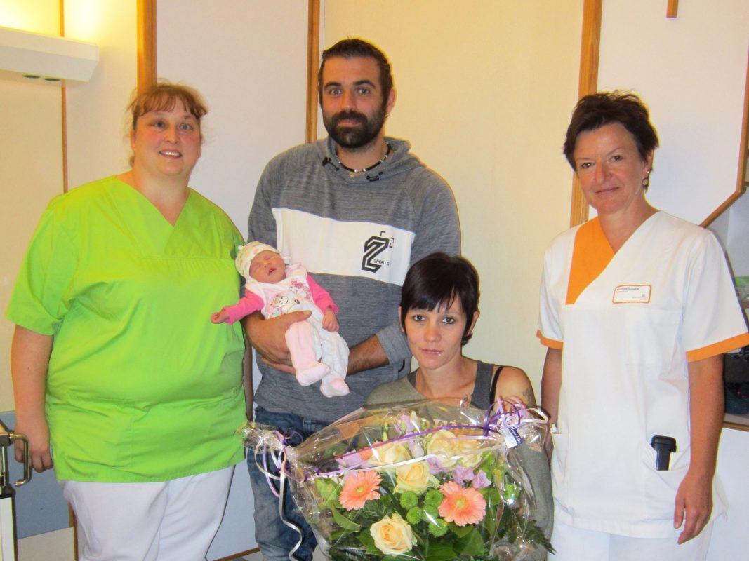 Freuen sich über die Geburt von Zoe: Hebam- me Melanie Scherzer, die Eltern Markus Fuchs und Anja Zaubzer sowie Stationslei- tung Susanne Schulze (v.l.). Foto: Klinikum Rothenburg